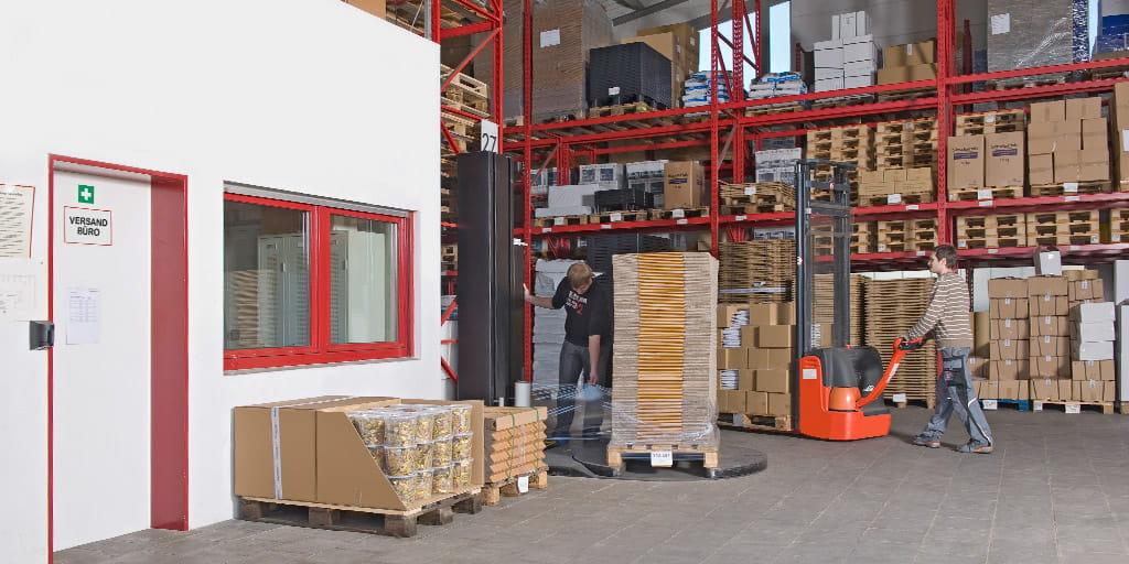 Lagermitarbeiter der Firma VerpackungPlus beim Verpacken