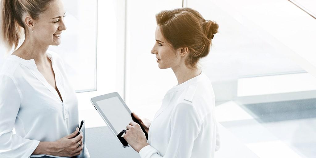 Frau bedient App des ERP-Systems mit integriertem CRM-System