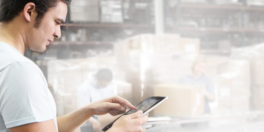 Mann bedient App der ERP mit integrierter Warenwirtschaft (WaWi)