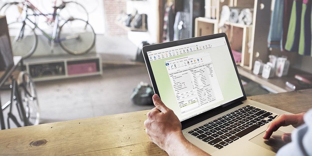 ERP-Software auf dem Notebook eines Handelsunternehmens