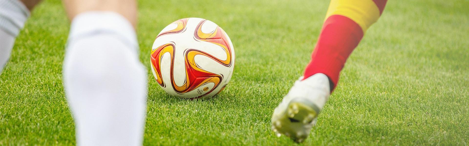 Fußballverein mit Fußball auf dem Rasen
