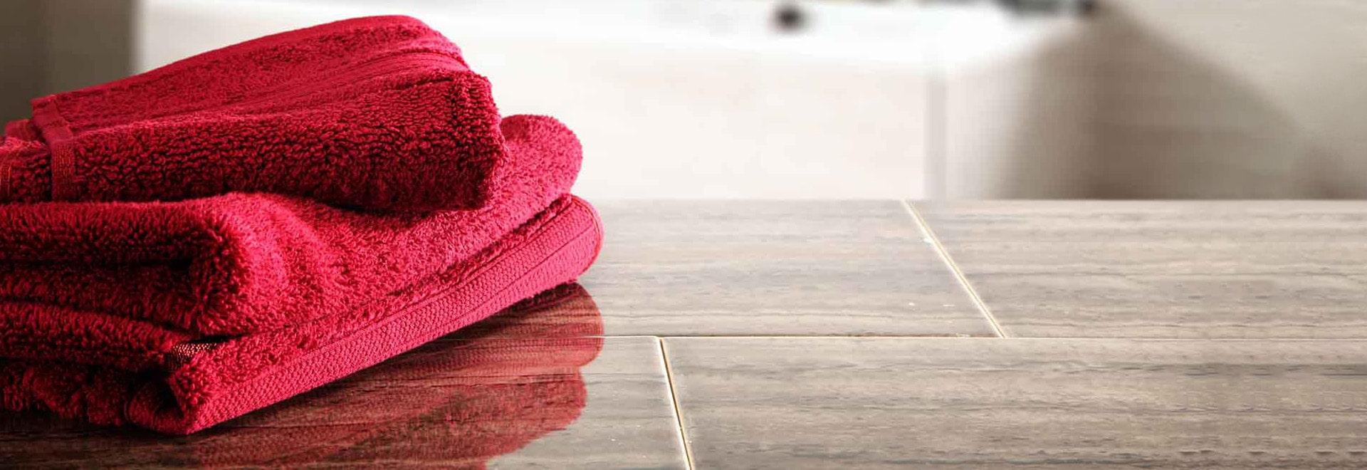 bd textiles rote Handtücher auf Fliesen